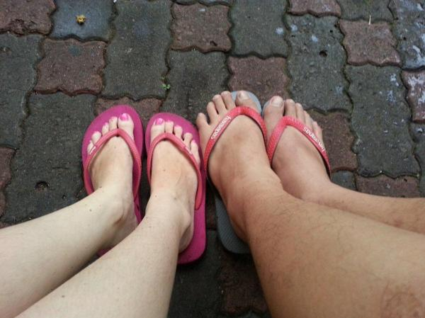 sendal abu-abu dan pink!